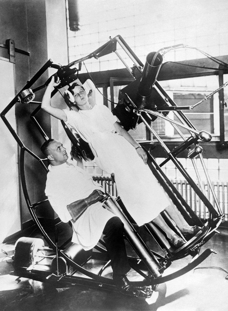 6. Машина Рентгена с поворачивающимся изобретения, исторические фото, медицина, медицина прошлого, оборудование, рентгеновский аппарат, фото