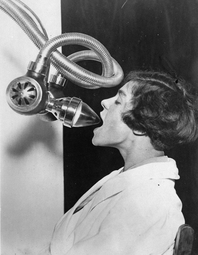 9. На выставках показывали различные изобретения в области медицины, на фото также рентген для стоматологов изобретения, исторические фото, медицина, медицина прошлого, оборудование, рентгеновский аппарат, фото