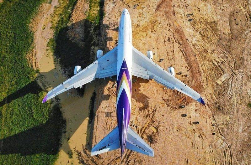 """""""Сначала я подумала, кончилось топливо и самолет посадили на поле. Я даже ни разу не была в самолете, так что это был невероятный сюрприз. Не могла поверить своим глазам"""", - рассказала 40-летняя Пре Анан  Boeing 747, Чайнат, деревня, мир, самолет, таиланд, фото"""