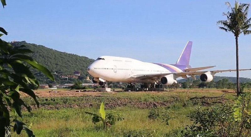 Неожиданное появление Boeing 747 в поле сбило с толку жителей одной из тайских деревень Boeing 747, Чайнат, деревня, мир, самолет, таиланд, фото