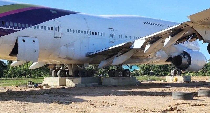 Пассажирский лайнер принадлежал авиакомпании Thai Airways, но с недавних времен снят с эксплуатации Boeing 747, Чайнат, деревня, мир, самолет, таиланд, фото