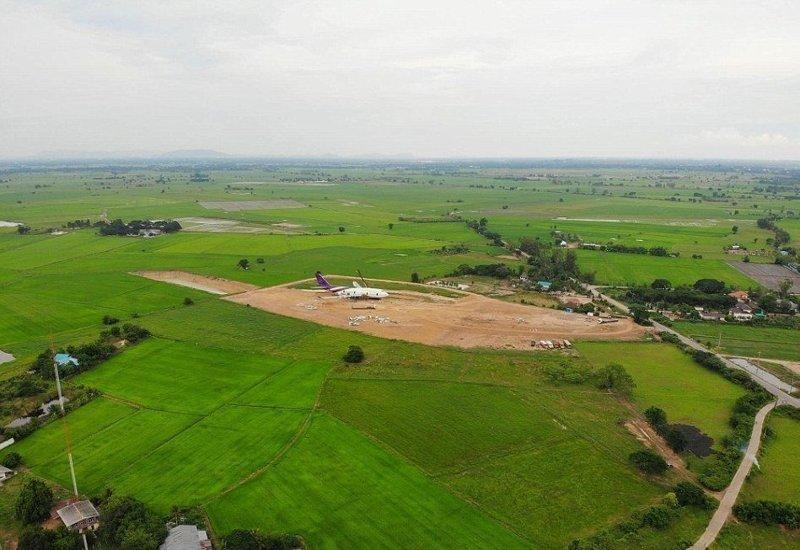 """Местный землевладелец выкупил судно на аукционе и """"припарковал"""" на свободном поле Boeing 747, Чайнат, деревня, мир, самолет, таиланд, фото"""