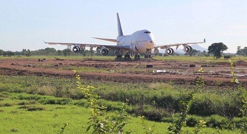 С помощью грузовика и крана воздушное судно привезли и поставили на бетонные блоки, чтобы он не просел во влажную почву Boeing 747, Чайнат, деревня, мир, самолет, таиланд, фото
