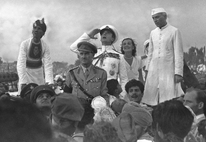 Луис Маунтбеттен, последний вице-король Индии, приветствует государственный флаг Индии  индия, интересное, история, личность, прошлое, событие, фотография, фотомир
