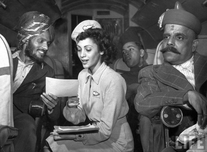 Стюардесса помогает пассажиру на борту судна авиакомпании Air India, рейс Дели-Бомбей, 1946 год  индия, интересное, история, личность, прошлое, событие, фотография, фотомир