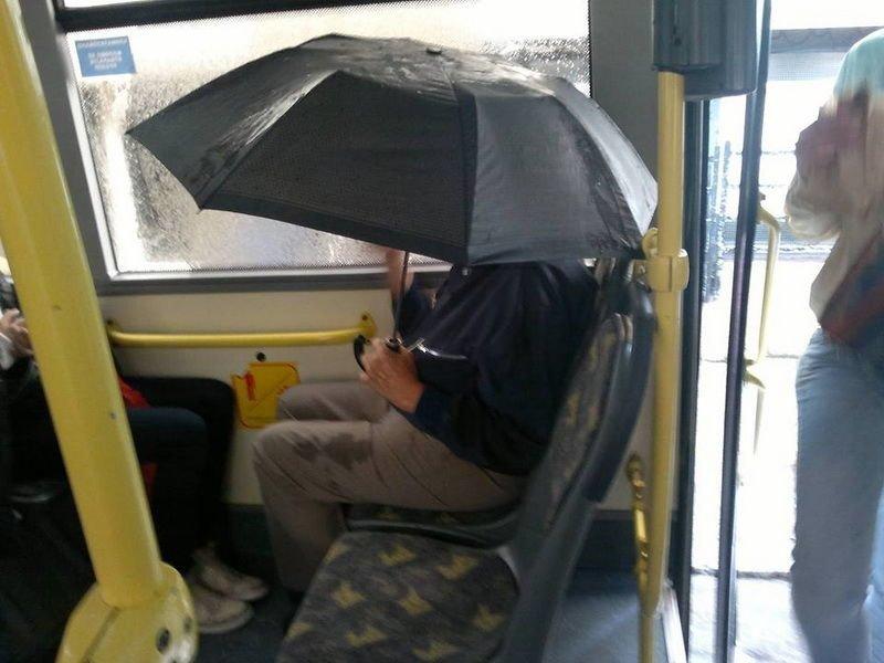 Зачем зонт? люди, отвратительные люди, плохие люди, транспорт, ужас, фото, фу такими быть