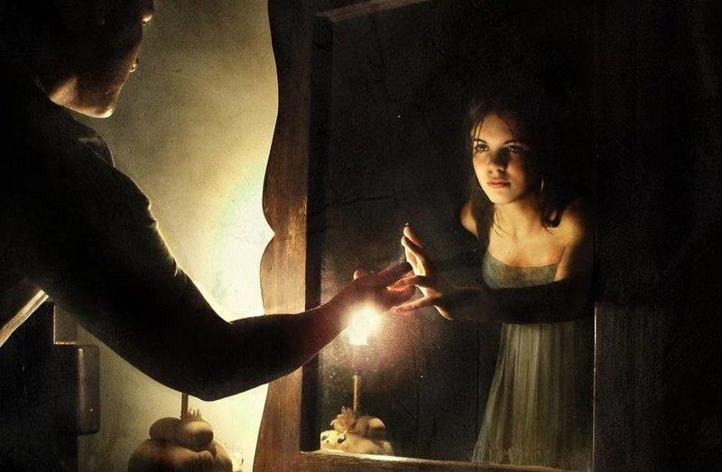 приворот девушки перед зеркалом