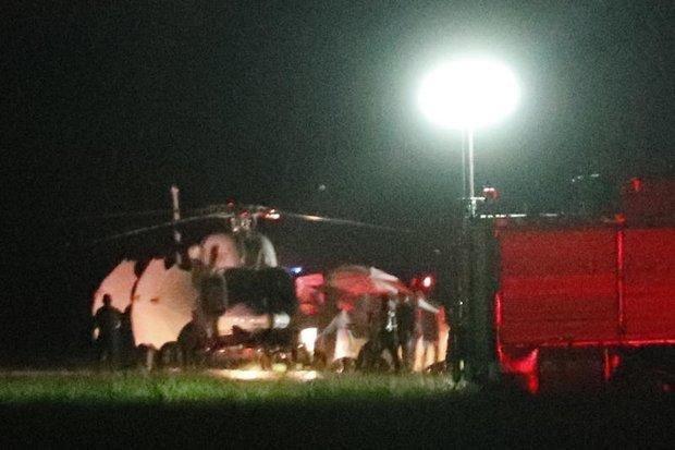 На фото: вертолет забирает с места спасательных работ последних узников пещеры... ynews, дайверы, команда, пещера, спасатели, таиланд, футболисты