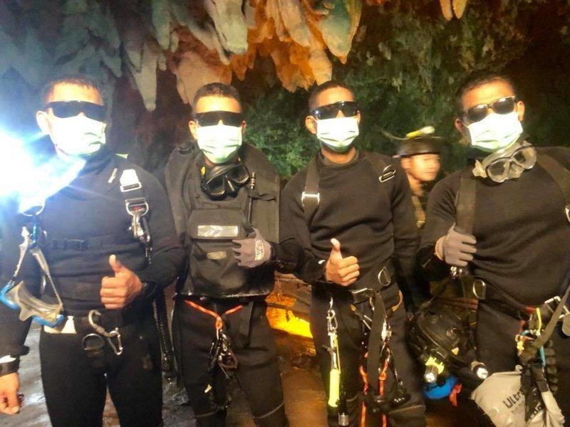 Миссия выполнима: юных футболистов спасли из заточения в пещере ynews, дайверы, команда, пещера, спасатели, таиланд, футболисты