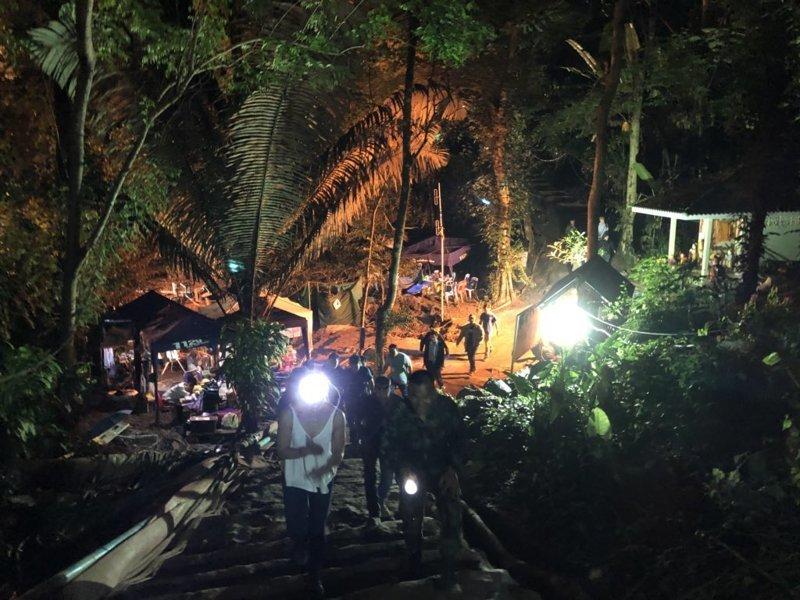 Над спасением ребят бились спасатели и добровольцы из разных стран ynews, дайверы, команда, пещера, спасатели, таиланд, футболисты