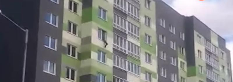 Прохожие поймали ребенка, упавшего с 7 этажа: видео ynews, беларусы, гомель, падение из окна, ребенок