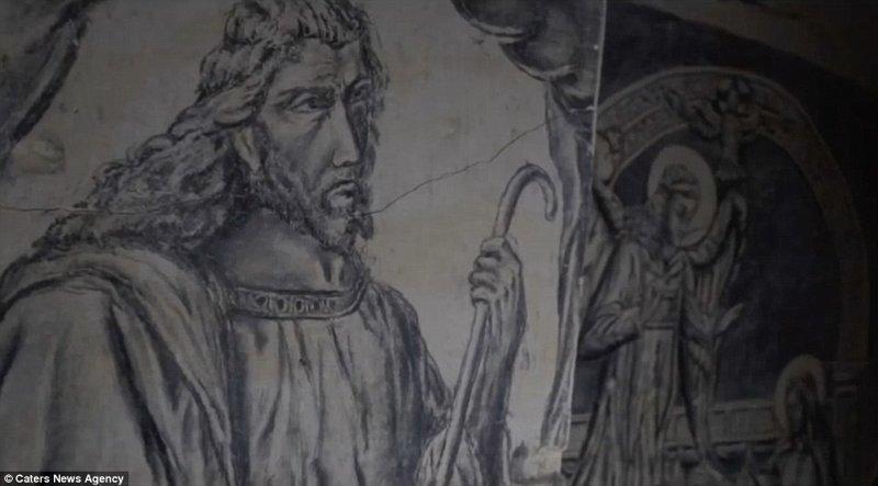 На стенах каменоломни изображены Иисус и другие библейские персонажи, нарисованные мелом искусство, исследования, история, каменоломни, находки, нидерланды, под землей, рисунок