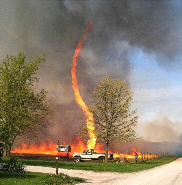 3. Слишком уж непринужденное фото с огненным торнадо в интернете, впечатляет, необъяснимое, неожиданно, подборка, редкие фото, странные фото, фото