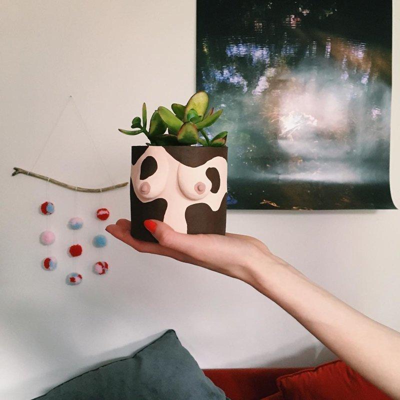 Женкая грудь стала цветочным горшком Emma Low, Pot Yer Tits Away Luv, женская грудь, кашпо, растения, творчество
