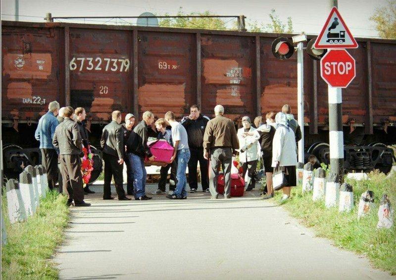 Жители подмосковного города Ликино-Дулёво вынуждены пролезать под поездом, чтобы хоронить родных гроб, кладбище, мертвец, могила, прикол, смерть, юмор