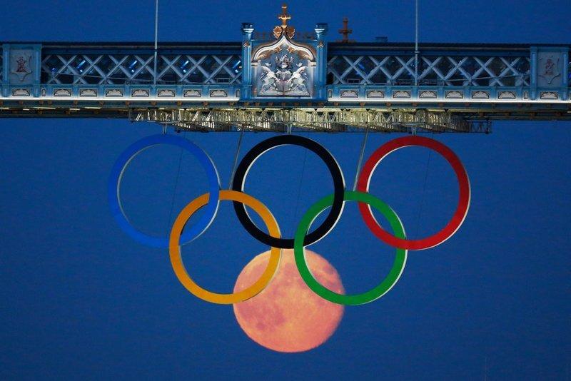 Полная луна на фоне олимпийских колец под Тауэрским мостом в Лондоне, 2012 год кадр, момент, ракурс, событие, фотография, фотомир, явление