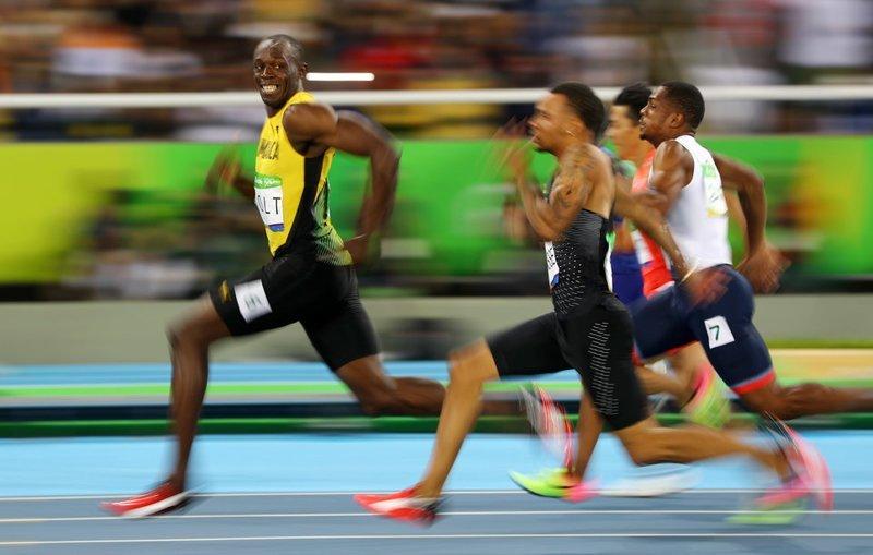 Усэйн Болт обгоняет соперников в полуфинале на дистанции 100 метров, Рио-де-Жанейро, Бразилия, 2016 год  кадр, момент, ракурс, событие, фотография, фотомир, явление
