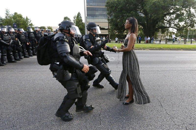 Активистка во время акции протеста против жестокости отдела полиции Батон-Руж в Луизиане, США, 9 июля 2016 года кадр, момент, ракурс, событие, фотография, фотомир, явление