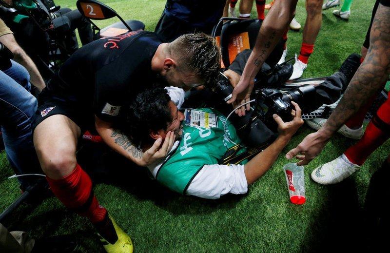 После победного гола в ворота Англии хорваты чуть не затоптали фотографа ЧМ 2018 Россия, ЧМ 2018 по футболу, матч, победный гол, репортажные снимки, спорт, футбол, хорваты