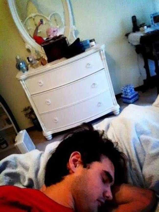 9. Вроде бы все продумал: лег спать в девичьей комнате, но про зеркало тоже забыл. Веселые, зеркало, мелочь, нелепость, фейк, фото