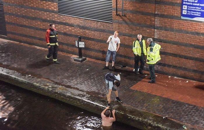 В Бирмингеме отчаявшегося болельщика пришлось вытаскивать из местного канала, куда он спрыгнул из-за обидного поражения англия, болельщики, спорт, фанаты, футбол, хорватия, чемпионат мира