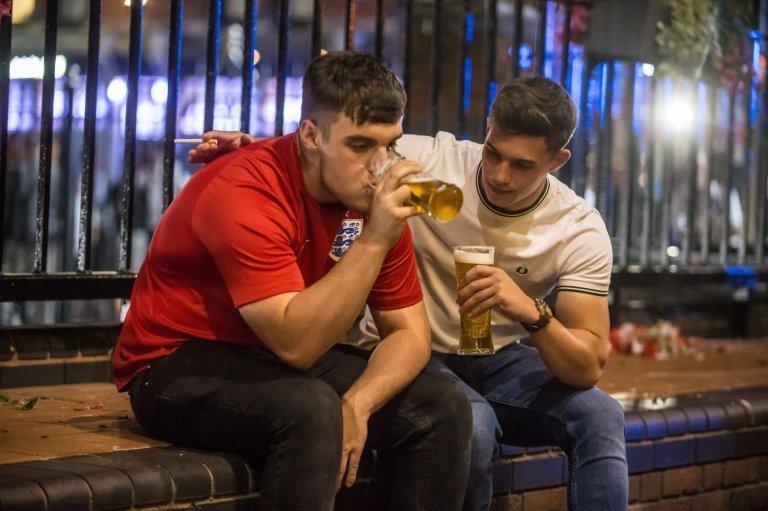 После завершения матча многие из болельщиков отправились заливать свою боль алкоголем англия, болельщики, спорт, фанаты, футбол, хорватия, чемпионат мира