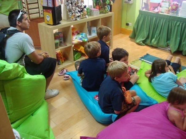 Марафон мультфильмов в детской комнате во время 12-часовой задержки рейса аэропорт, аэрошутки, багаж, забавно, забавные пассажиры, зал ожидания, смешно, юмор