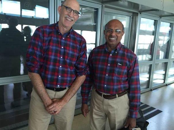 Эти мужчины случайно встретились в аэропорту. До этого они даже не были знакомы аэропорт, аэрошутки, багаж, забавно, забавные пассажиры, зал ожидания, смешно, юмор
