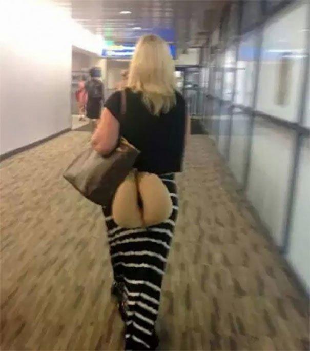 Неправильный способ носить бежевую подушку для сна в самолете аэропорт, аэрошутки, багаж, забавно, забавные пассажиры, зал ожидания, смешно, юмор