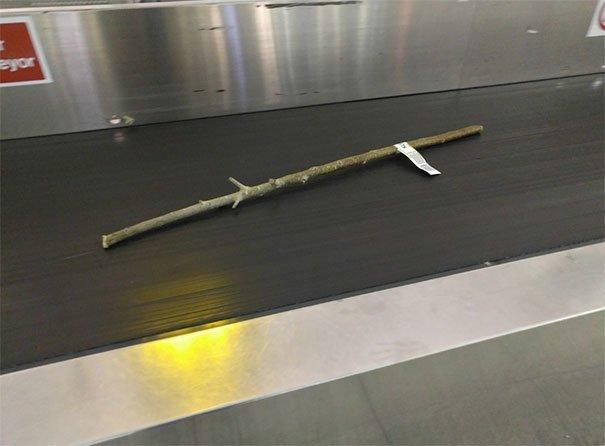 Багаж в ожидании владельца аэропорт, аэрошутки, багаж, забавно, забавные пассажиры, зал ожидания, смешно, юмор