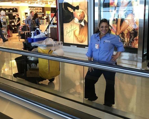 Сотрудницам аэропорта тоже приятно побыть моделями! аэропорт, аэрошутки, багаж, забавно, забавные пассажиры, зал ожидания, смешно, юмор