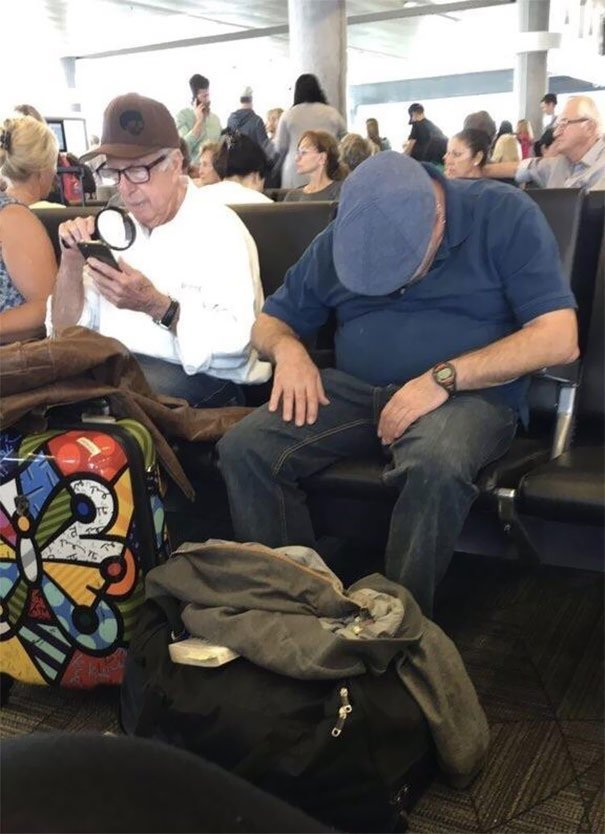 Читать трудно, спать неудобно аэропорт, аэрошутки, багаж, забавно, забавные пассажиры, зал ожидания, смешно, юмор
