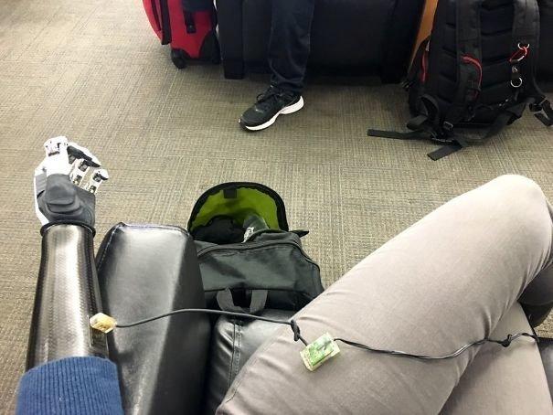 Зарядка нужна не только для мобильника аэропорт, аэрошутки, багаж, забавно, забавные пассажиры, зал ожидания, смешно, юмор
