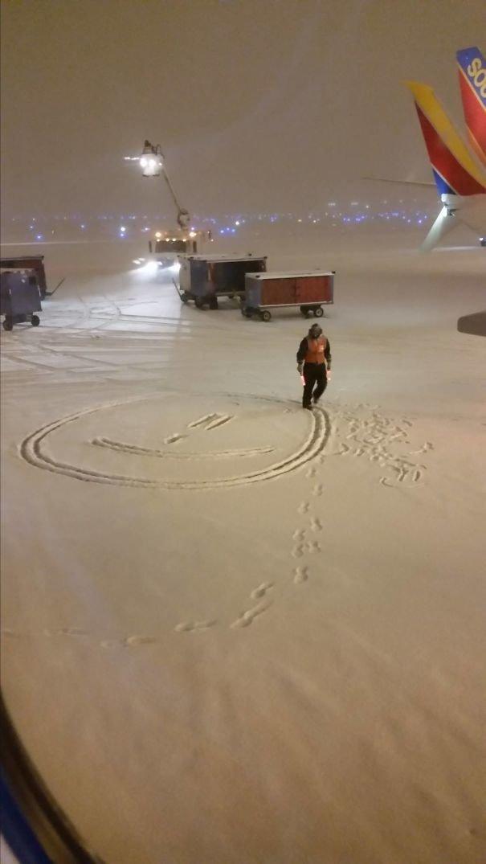 Даже в буран, задержавший все рейсы, найдется повод для улыбки! аэропорт, аэрошутки, багаж, забавно, забавные пассажиры, зал ожидания, смешно, юмор