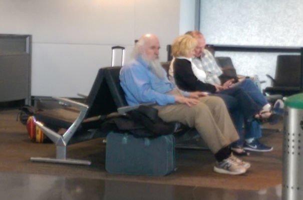 В аэропорту можно встретить кого угодно, даже двойника Чарльза Дарвина аэропорт, аэрошутки, багаж, забавно, забавные пассажиры, зал ожидания, смешно, юмор