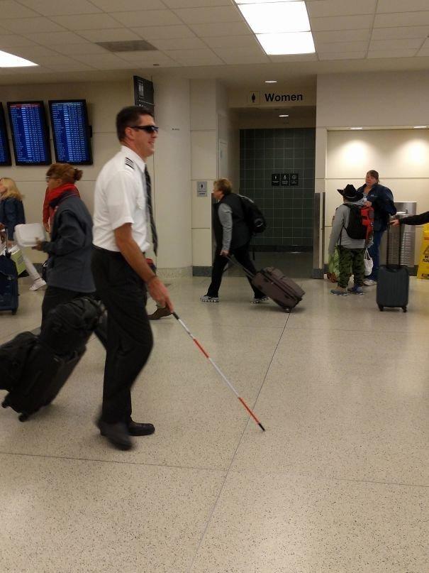 Пилот с чувством юмора аэропорт, аэрошутки, багаж, забавно, забавные пассажиры, зал ожидания, смешно, юмор