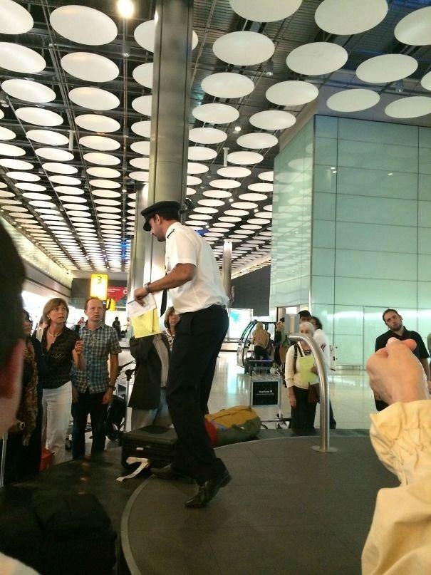 Когда никто не может успокоить пассажиров, не получивших багаж, к ним выходит пилот аэропорт, аэрошутки, багаж, забавно, забавные пассажиры, зал ожидания, смешно, юмор
