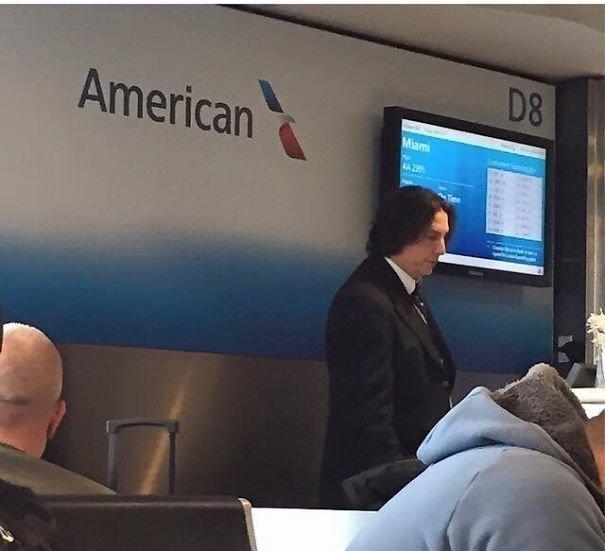 Профессор Снейп на стойке American Airlines. Неужели работает под прикрытием? аэропорт, аэрошутки, багаж, забавно, забавные пассажиры, зал ожидания, смешно, юмор