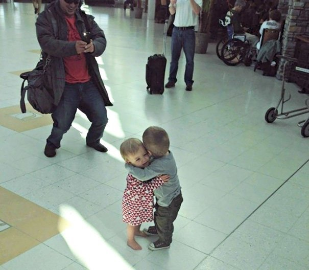 Эти дети никогда раньше не встречались, но два малыша в большом аэропорту тотчас признали друг в друге своих аэропорт, аэрошутки, багаж, забавно, забавные пассажиры, зал ожидания, смешно, юмор