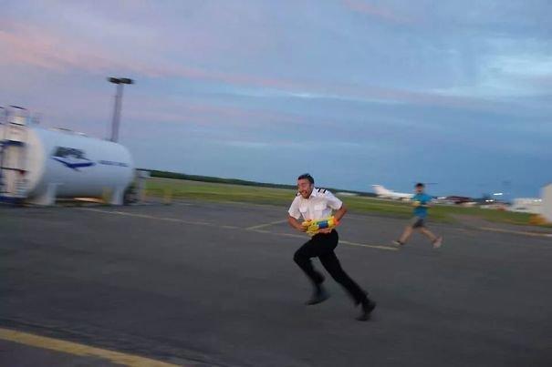 Когда пилотам, прямо скажем, делать нечего аэропорт, аэрошутки, багаж, забавно, забавные пассажиры, зал ожидания, смешно, юмор