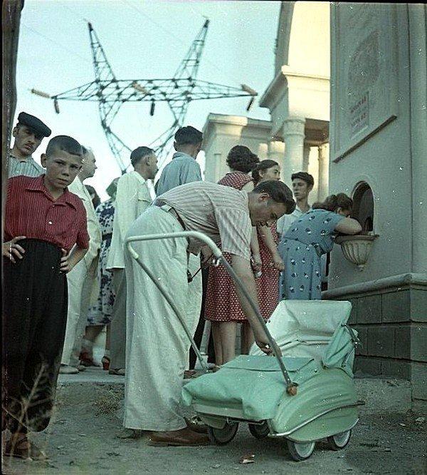 У входа в Парк Культуры и Отдыха. СССР, 1957 год СССР, история, фотографии в цвете