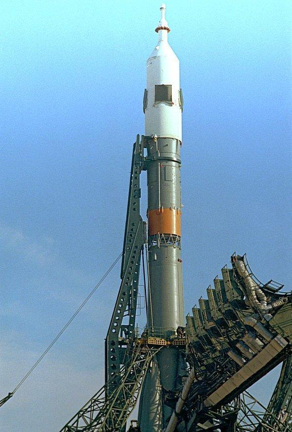 15 июля 1975 года Союз-19 вылетел с космодрома Байконур с экипажем из двух космонавтов - Алексеем Леоновым (командиром) и Валерием Кубасовым (бортинженер). На фото - Союз-19. СССР, история, фотографии в цвете
