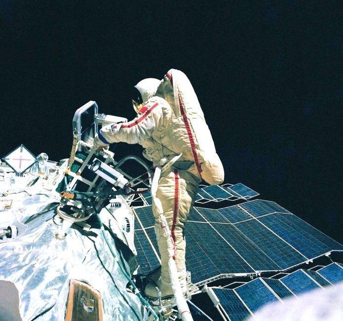 В 1984 году в качестве бортинженера Светлана Савицкая совершила полёт на корабле «Союз Т-12» и орбитальной станции «Салют-7». Во время полёта первой из женщин совершила выход в открытый космос. СССР, история, фотографии в цвете