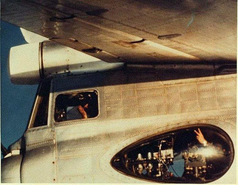 Лётчик экипажа самолета Ту-95, сигнализирует пилоту истребителя НАТО. 70-е СССР, история, фотографии в цвете