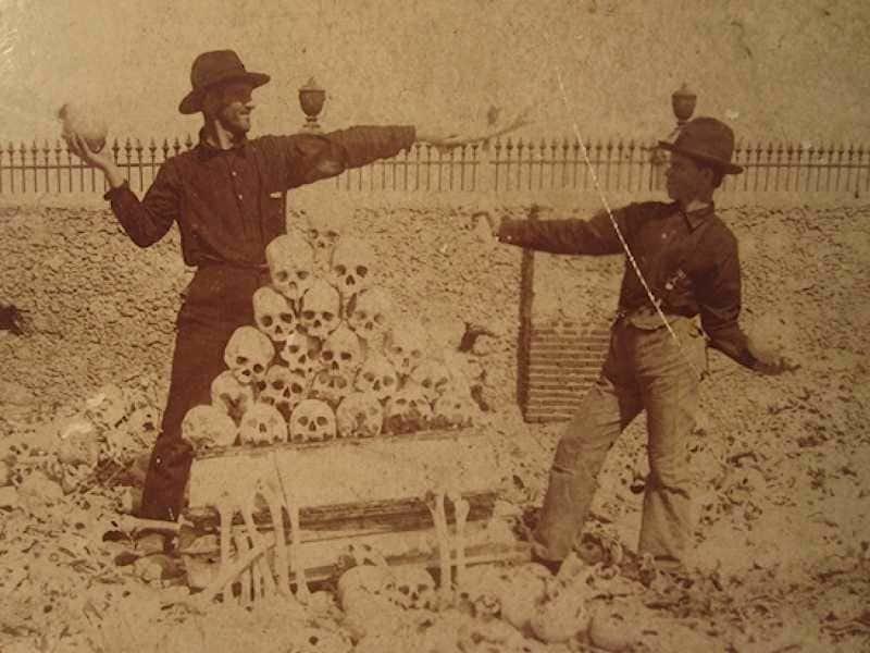 13. Американские солдаты играют с человеческими черепами на кладбище Колон в Гаване, Куба, 1900-е. Жуткие фото, жутко, интересно, исторические фото, история, необъяснимое, редкие фото, фото