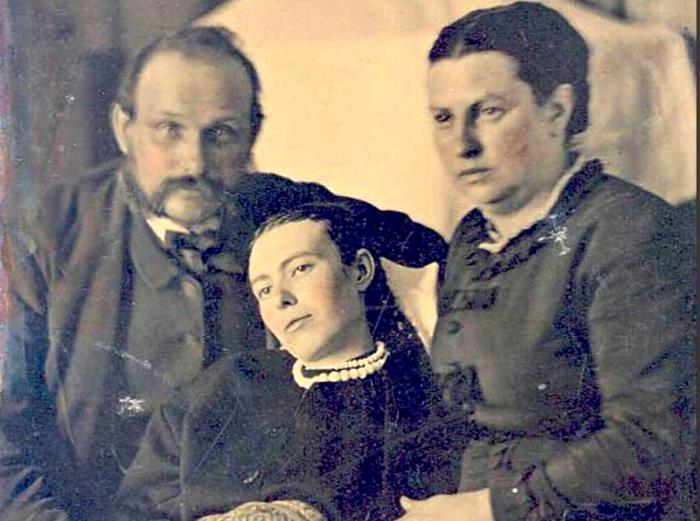 1. Посмертная фотография девушки с родителями. Так как в викторианскую эпоху немногие могли позволить себе фотографии при жизни, началась мода на посмертные фото. Жуткие фото, жутко, интересно, исторические фото, история, необъяснимое, редкие фото, фото