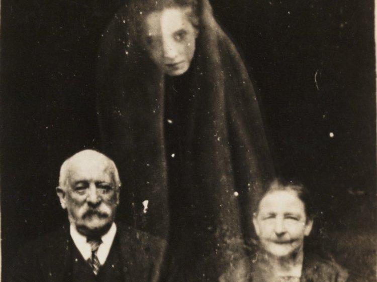 6. Уильям Хоуп, первопроходец в спиритической фотографии, сделал этот снимок пожилой пары и предполагаемого призрака женщины в 1920 году. Жуткие фото, жутко, интересно, исторические фото, история, необъяснимое, редкие фото, фото