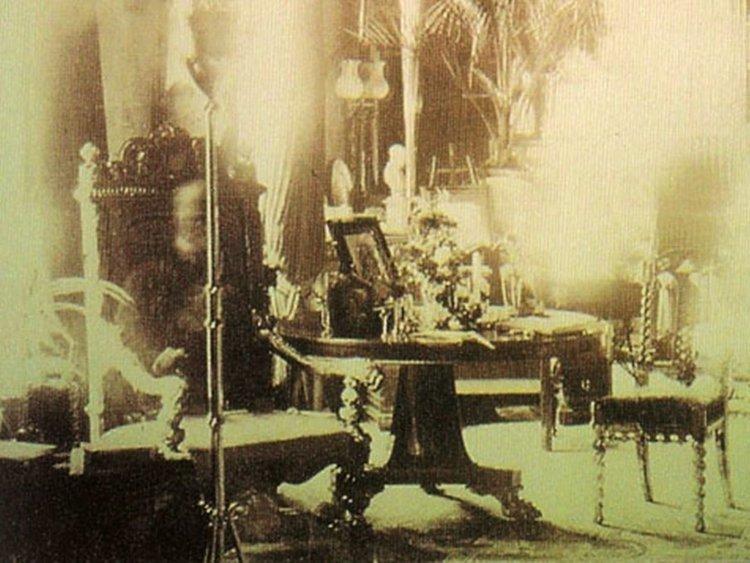 8. В 1891 году жительница британского графства Чешир, Сибелла Корбет, сделала фотографию большой библиотеки в своем доме. Считается, что на снимке был запечатлен призрак лорда Комбермера в день его похорон. Жуткие фото, жутко, интересно, исторические фото, история, необъяснимое, редкие фото, фото