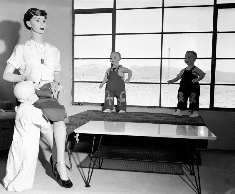 """3. В 1950-х годах правительство США создало """"поддельные"""" города с манекенами для ядерных испытаний. Жуткие фото, жутко, интересно, исторические фото, история, необъяснимое, редкие фото, фото"""