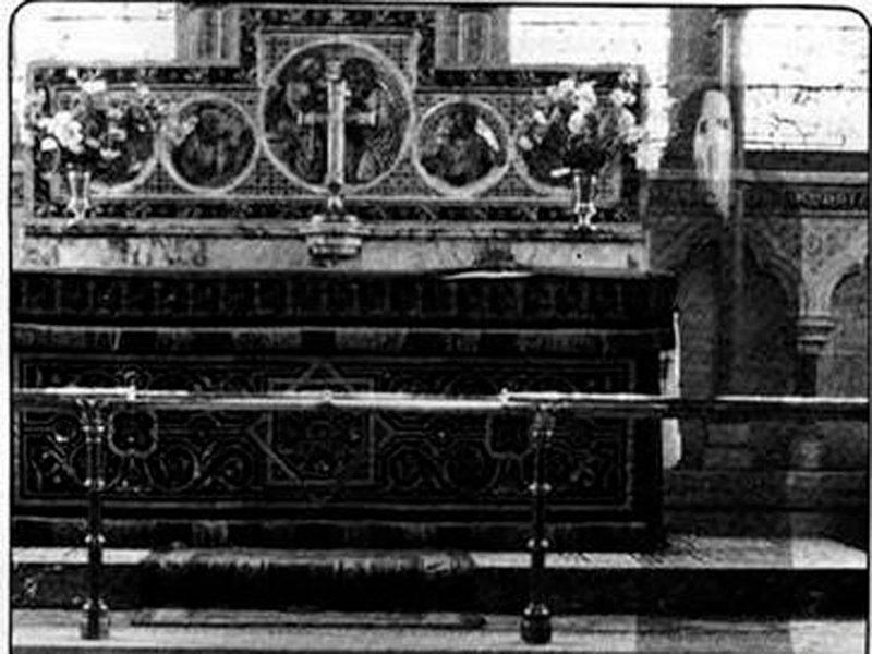 """7. Священник сделал этот снимок у алтаря английской церкви в Неуби в 1963 году. Нечто, обнаруженное на фото, назвали """"призраком церкви Неуби"""". Жуткие фото, жутко, интересно, исторические фото, история, необъяснимое, редкие фото, фото"""